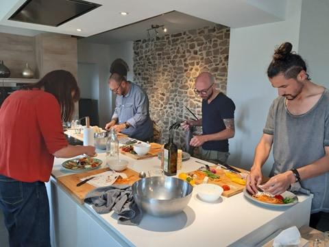 4 personnes cuisinant lors d'un atelier de cuisine therapie