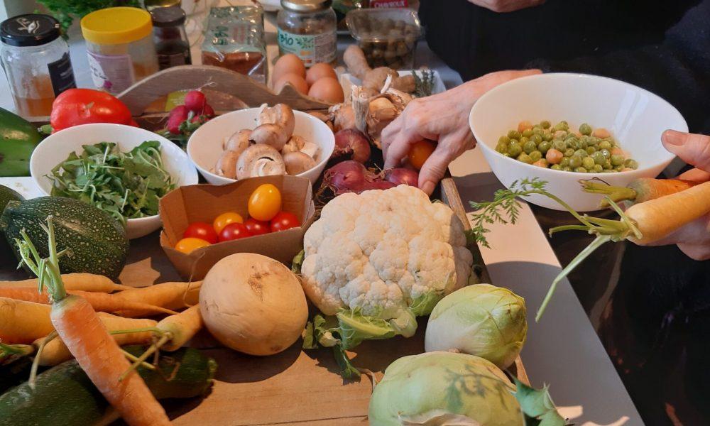 Table remplie d'ingrédients pour cuisine therapie