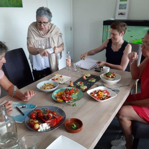 photo contenant 4 personnes lors d'un atelier de cuisine therapie